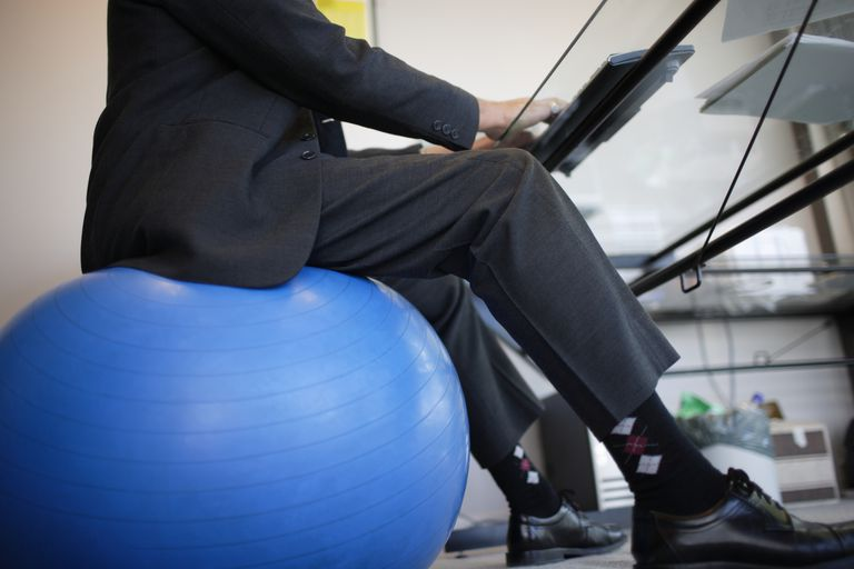 Dovresti usare una palla da ginnastica come sedia?